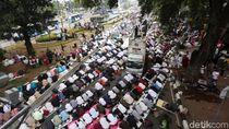 Potret Massa Aksi Kawal MK Salat Zuhur Berjamaah di Jalanan