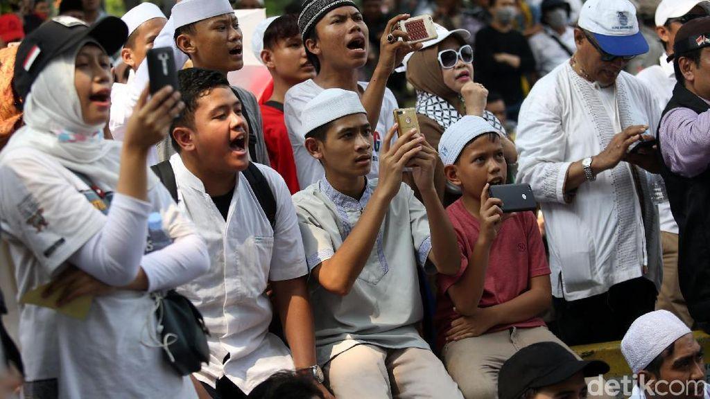 Peserta Aksi Anak-anak juga Ikut Demo Kawal Sidang MK