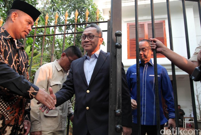 Ketum PAN Zulkifli Hasan meninggalkan rumah Kertanegara. Sebelumnya ia datang untuk memenuhi nobar sidang putusan MK terkait sengketa Pilpres 2019.