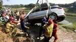 Sopir Mengantuk, Mobil Ini Nyemplung Kanal Banjir Timur