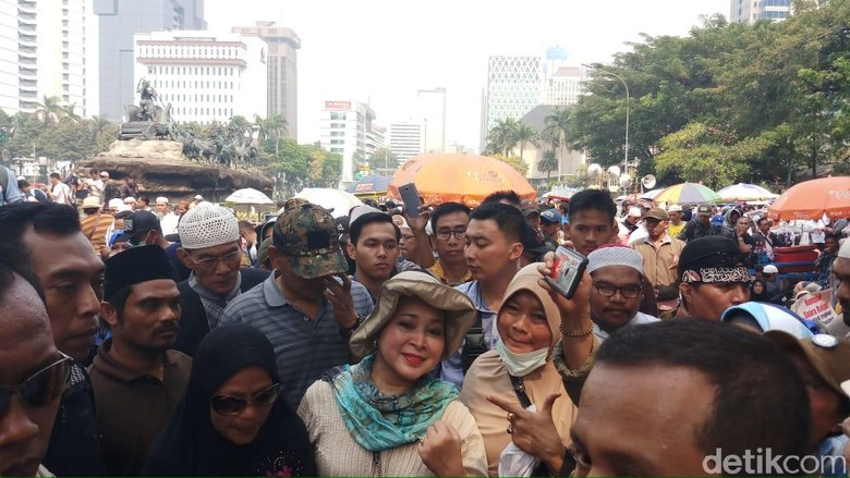 Titiek Soeharto Datangi Lokasi Aksi Kawal MK, Massa Minta Foto