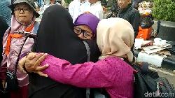 Emak-emak Menangis dan Berpelukan Tinggalkan Lokasi Aksi Kawal Sidang MK