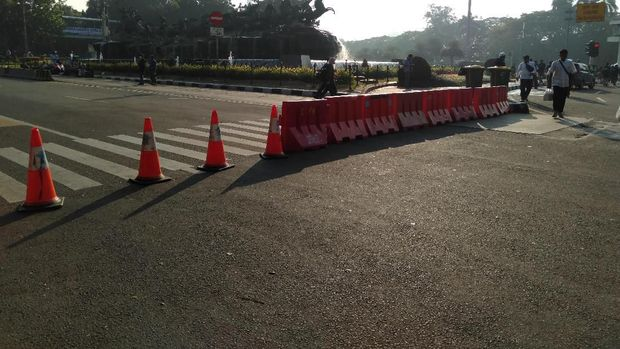 Barier dari plastik dipasang membentang untuk menutup jalan