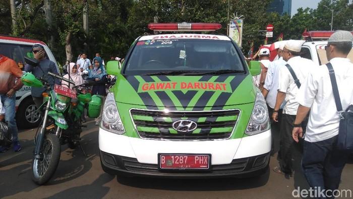 Ambulans Dinas Kesehatan DKI Jakarta membawa peserta aksi MK yang mengeluh sakit perut. (Foto ilustrasi: Arief Ikhsanudin/detikcom)
