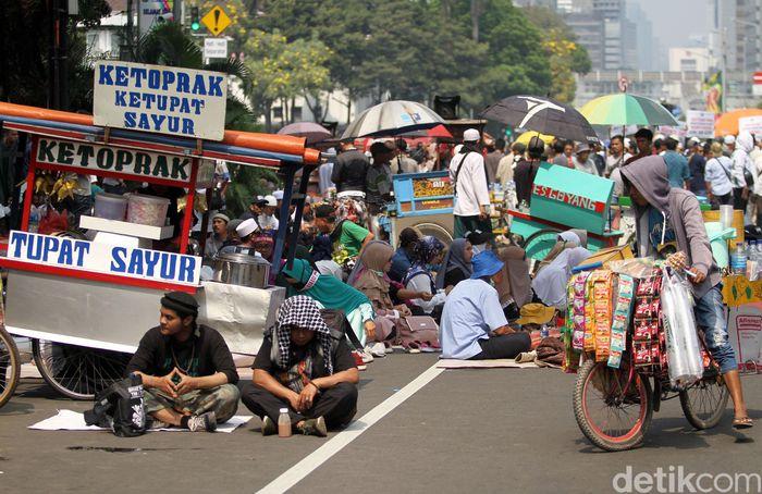 Aksi kawal MK yang diselenggarakan di kawasan Patung Kuda, Jakarta, membawa berkah tersendiri bagi para pedagang kaki lima (PKL), Jakarta, Kamis (27/6/2019).