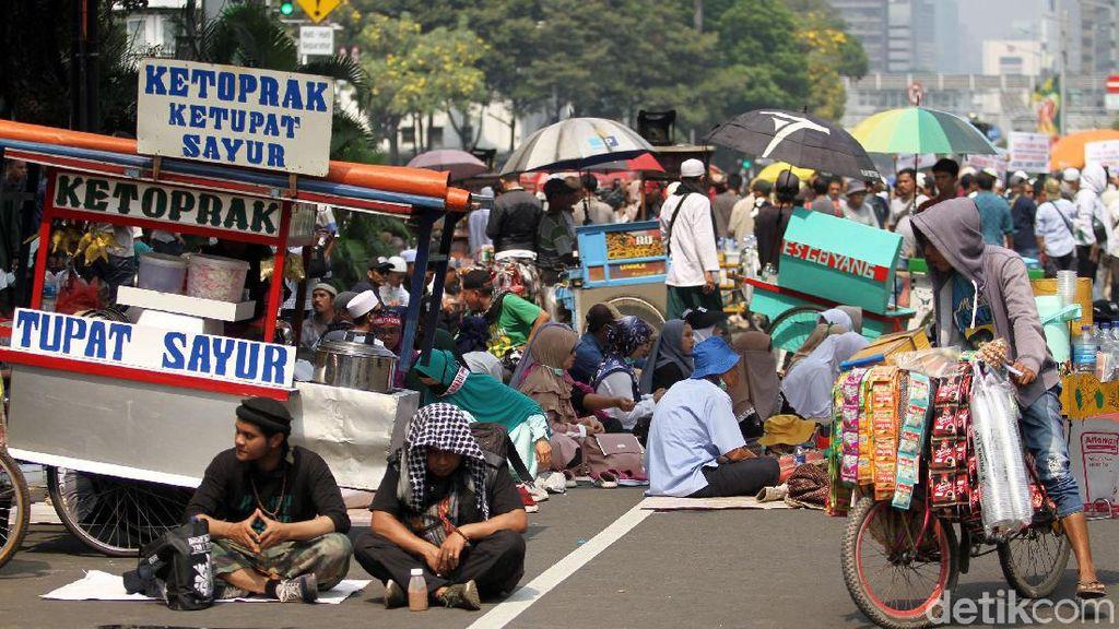 Laris Manis Dagangan PKL oleh Peserta Aksi Kawal MK