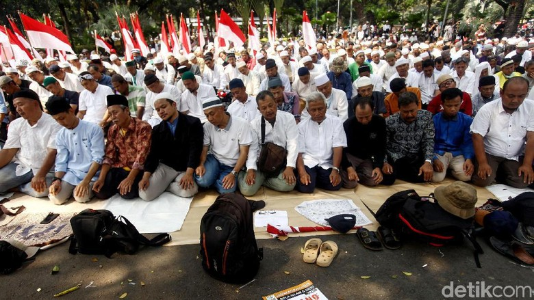 Massa Aksi Gelar Salat Zuhur Berjemaah di Depan MK