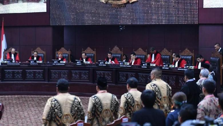 MK Tolak Dalil 02 soal Jokowi Langgar Asas Pemilu karena Baju Putih