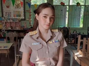 Viral Cara Unik Guru TK Beri Salam ke Murid, Netizen Salfok Wajah Cantiknya