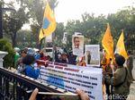 Massa PMII Anti-reklamasi Bakar Ban Lagi, Sempat Masuk Pagar Balai Kota