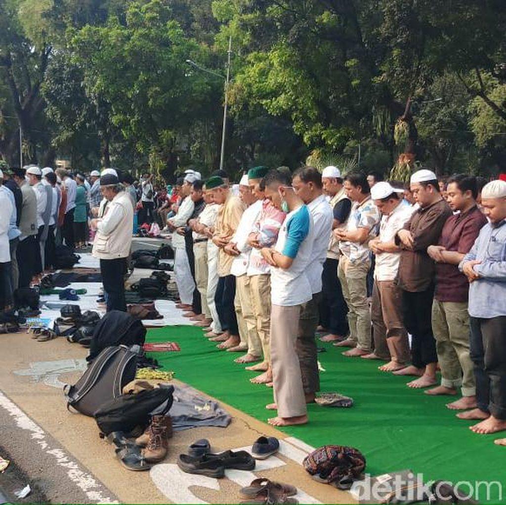 Massa Aksi Kawal Sidang MK Gelar Salat Asar Berjamaah