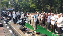Massa Aksi Kawal Sidang MK Gelar Salat Asar Berjemaah