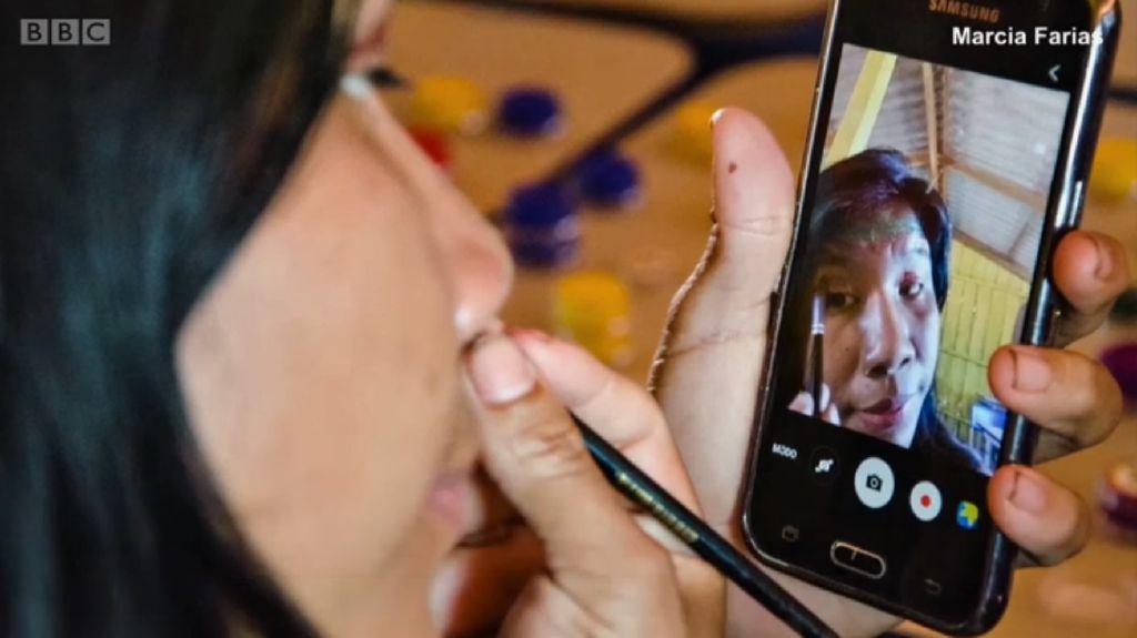 Foto: Suku Terpencil Amazon yang Kecanduan Ponsel