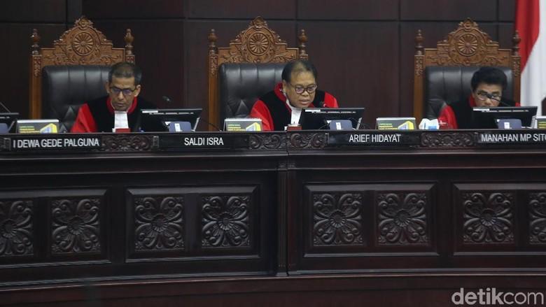 Canda Hakim Arief Hidayat ke Anggota Bawaslu: Fritz Lebih Galak dari Kopassus