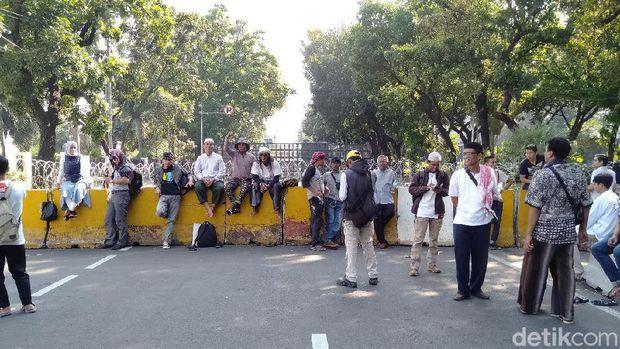 Jelang Sidang Putusan, Massa Kawal MK Mulai Tiba di Patung Kuda