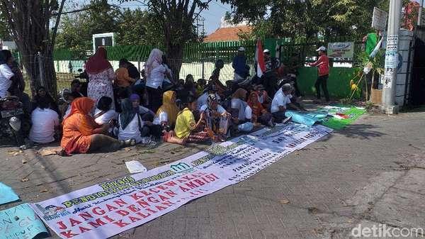 Tuntut Tambahan Pagu, Puluhan Wali Murid Kembali Geruduk Dispendik Surabaya