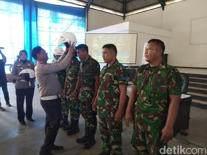 Saat polisi memberikan helm gratis/Foto: Deny Prastyo Utomo