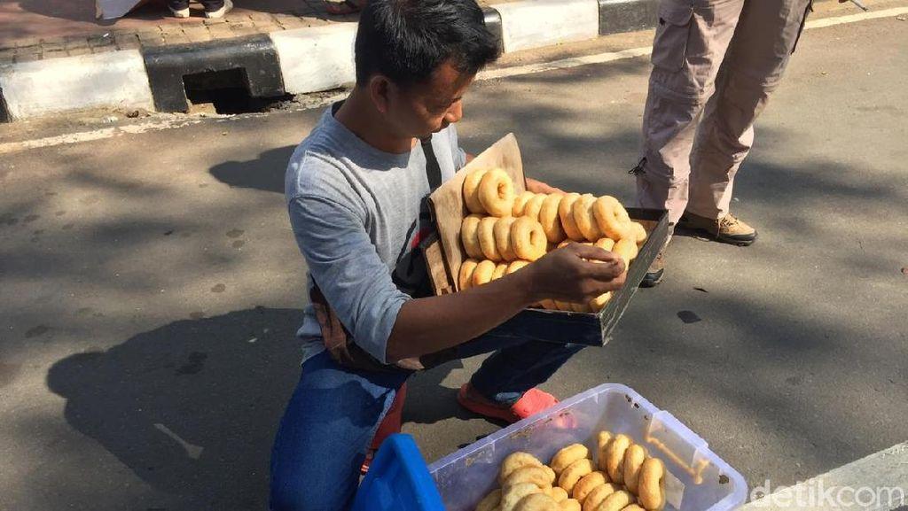 Baru 1 Jam, Dagangan Penjual Donat di Aksi Sidang MK Ludes