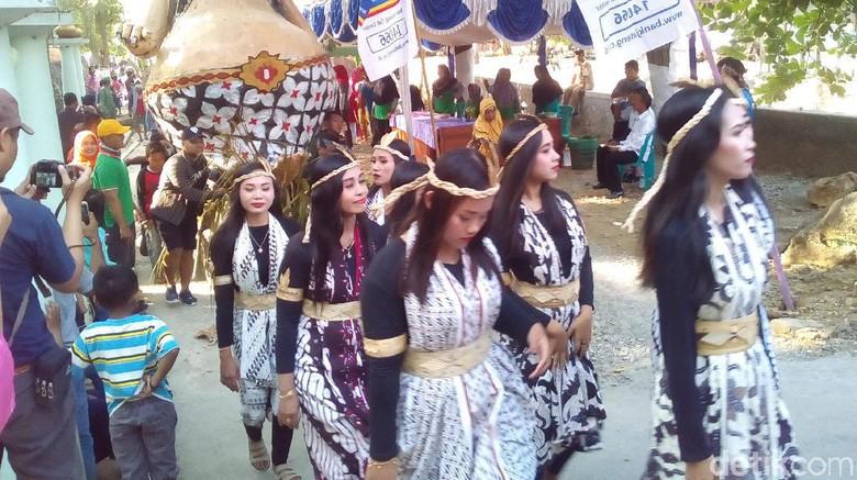 Meriahnya Tradisi Resik-resik Sendang di Wonosoco Kudus
