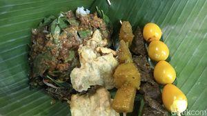 Warung Boma : Nikmatnya Jajan Pecel Pincuk Murah Meriah di Malam Hari