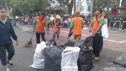 Pasukan Oranye Turun Bersihkan Lokasi Aksi Kawal Sidang MK