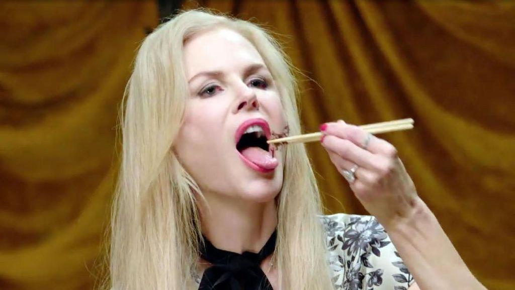 Seleb Hollywood Ini Punya Kebiasaan Aneh Makan Kecoak hingga Semut