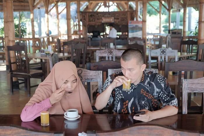 Ustaz Felix Siauw jadi perbincangan hangat lantaran mengisi kajian di Masjid Balai Kota DKI Jakarta (26/5/2019). Disamping itu, Ustaz yang lahir di Palembang tersebut memiliki keluarga kecil nan harmonis. Foto: Instagram ummualila