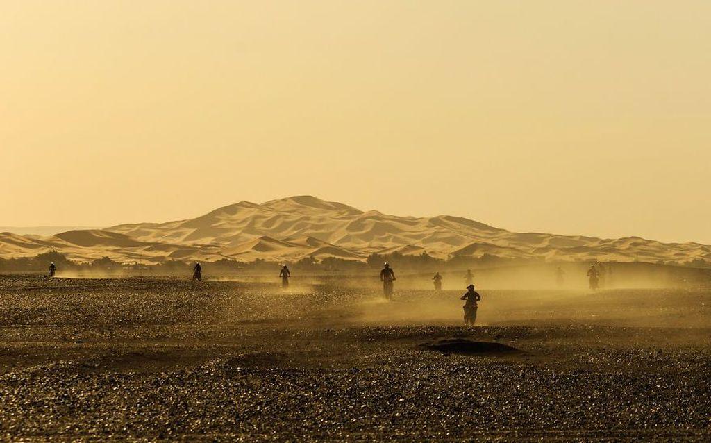 Foto yang mengabadikan aktivitas para pecinta motor cross saat berkendara di padang pasir, Maroko, ini menjadi salah satu peserta dalam kontes foto RoadTrip2019. Istimewa/Dok. Boredpanda/ juliannieves.
