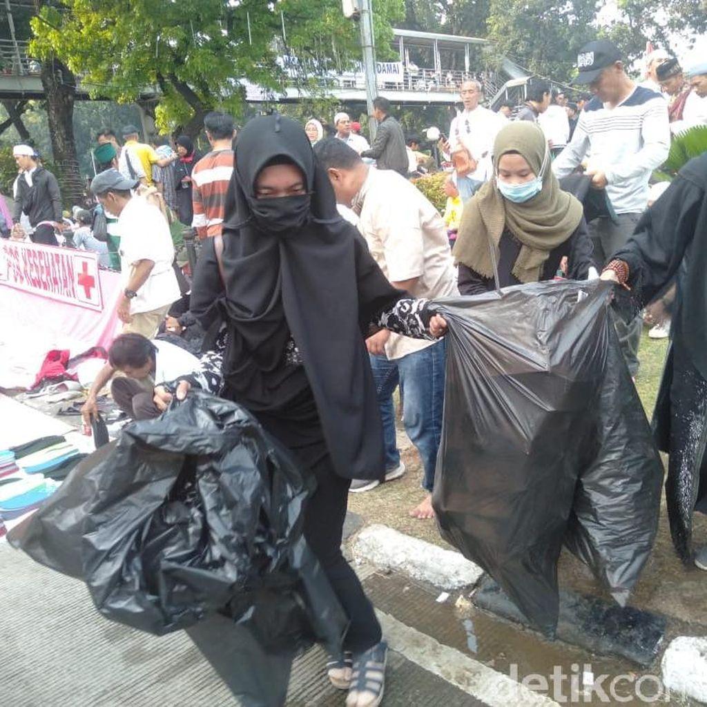 3 Perempuan Massa Aksi Kawal MK Keliling Kumpulkan Sampah Berserakan