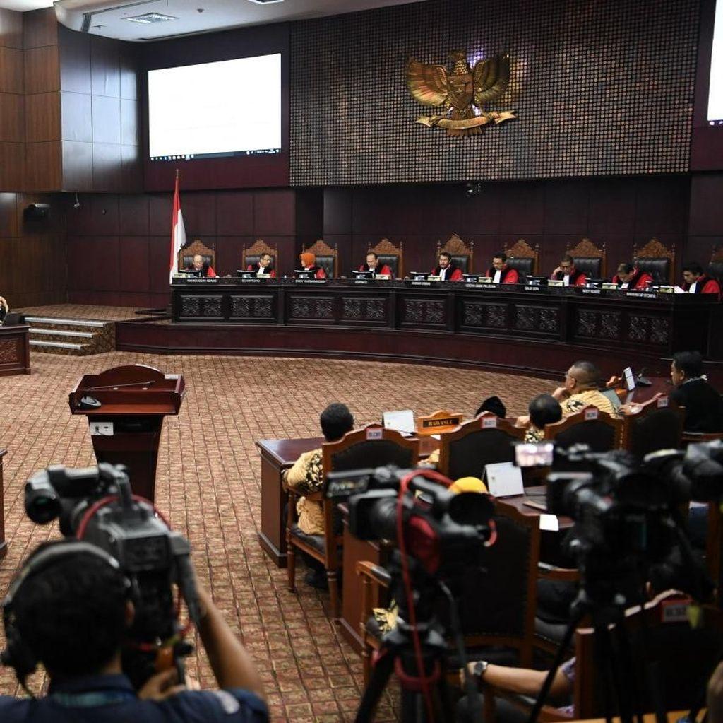 Tim Prabowo Bawa Dalil TPS Siluman, MK Anggap Tidak Jelas