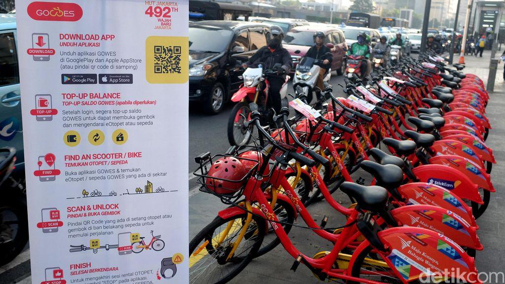 Masyarakat tampak antusias melihat dan ingin mencoba sepeda dan otopet listrik bernama GoWes yang masih digratiskan hingga Sabtu (29/6) besok di Jalan MH Thamrin.