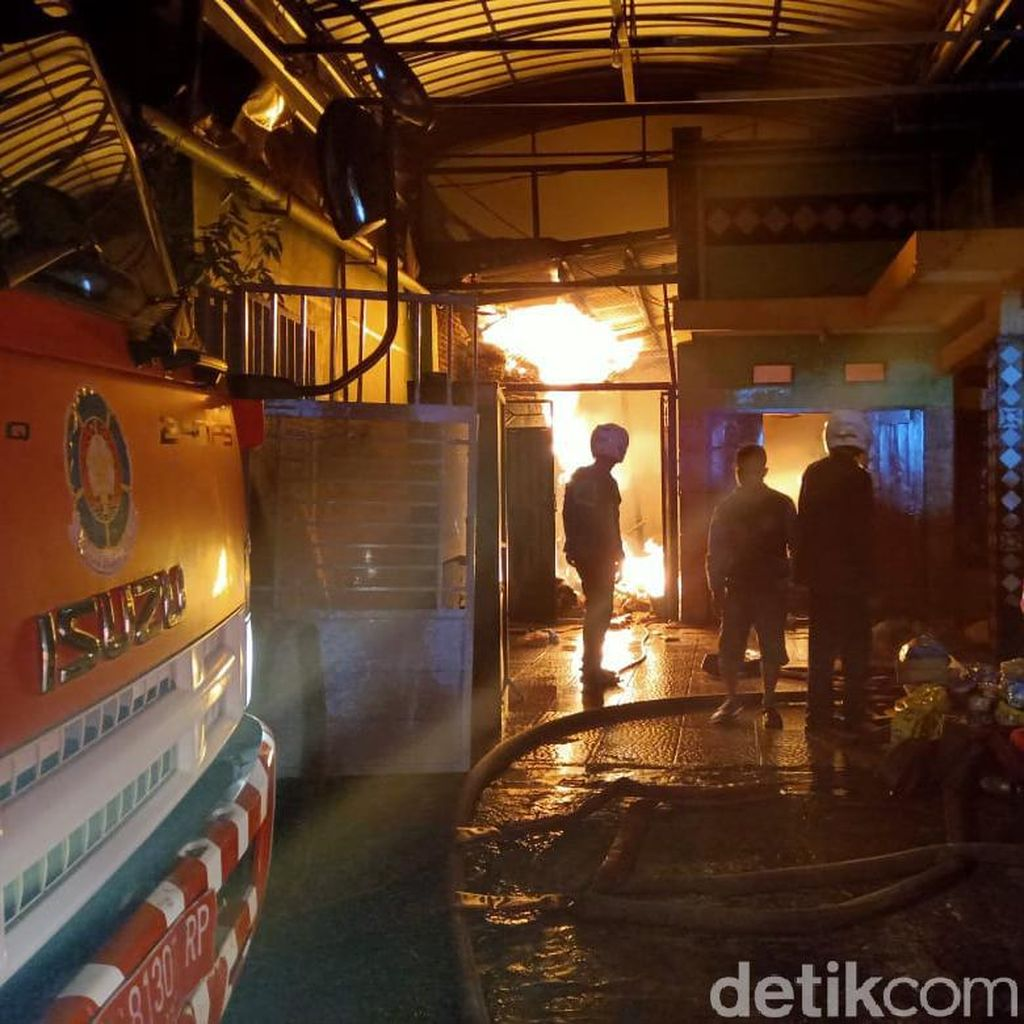 Sebuah Rumah dan Industri Makanan Ringan di Kota Probolinggo Terbakar