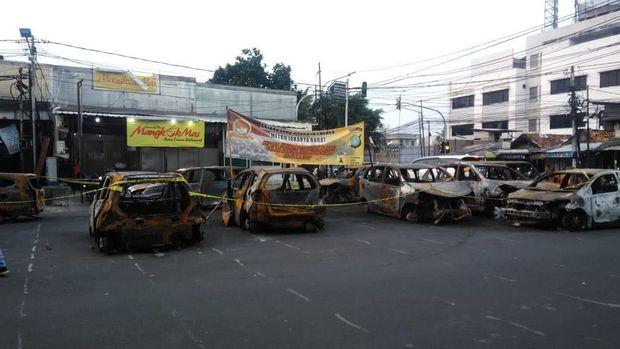 Mobil yang dibakar di depan Asrama Brimob masih ada di lokasi.