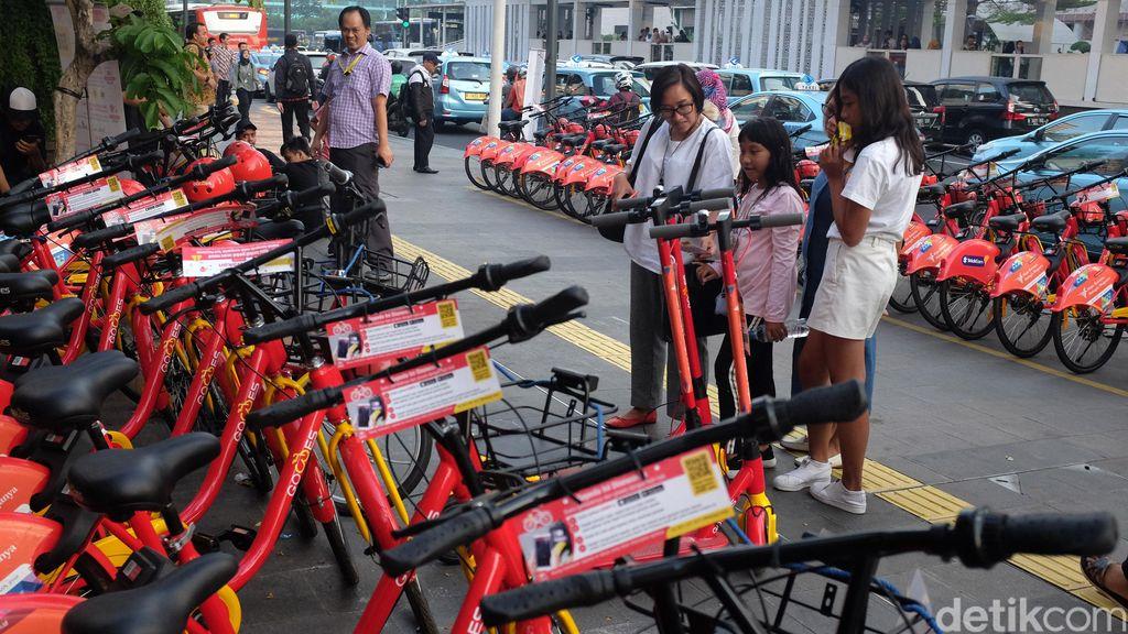 Saat puncak perayaan HUT ke-492 DKI di sekitar kawasan Thamrin, banyak warga yang penasaran ingin menjajal fasilitas sepeda dan Otopet listrik ini.