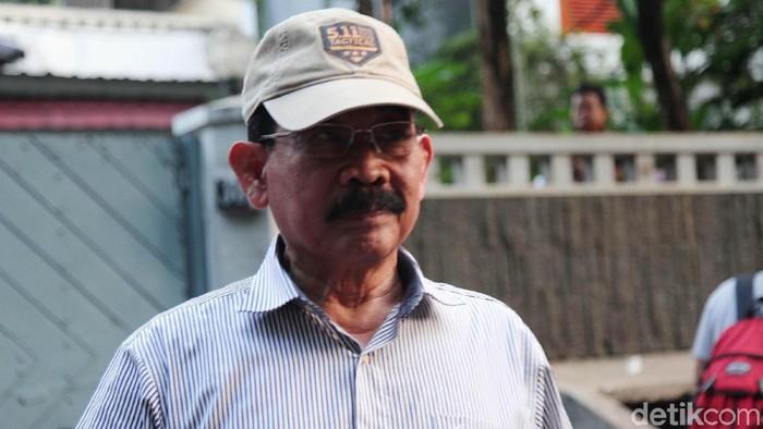 Eks Danjen Kopassus yang menjadi tersangka kasus kepemilikan senjata api ilegal, Mayjen (Purn) Soenarko merapat ke kediaman Prabowo Subianto di Kertangera, Jakarta, Kamis (27/6). Ia datang di sela acara nonton bareng (nobar) sidang putusan sengketa Pilpres 2019.