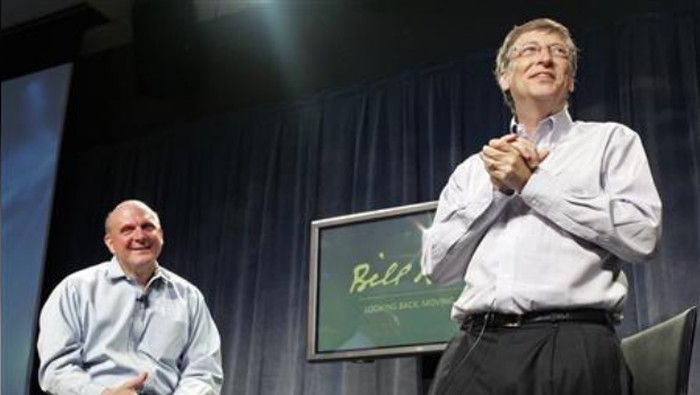 Bill Gates pada momen 27 Juni 2008, ditemani Steve Ballmer. (Foto: Robert Sorbo-Microsoft/Handout/Reuters)