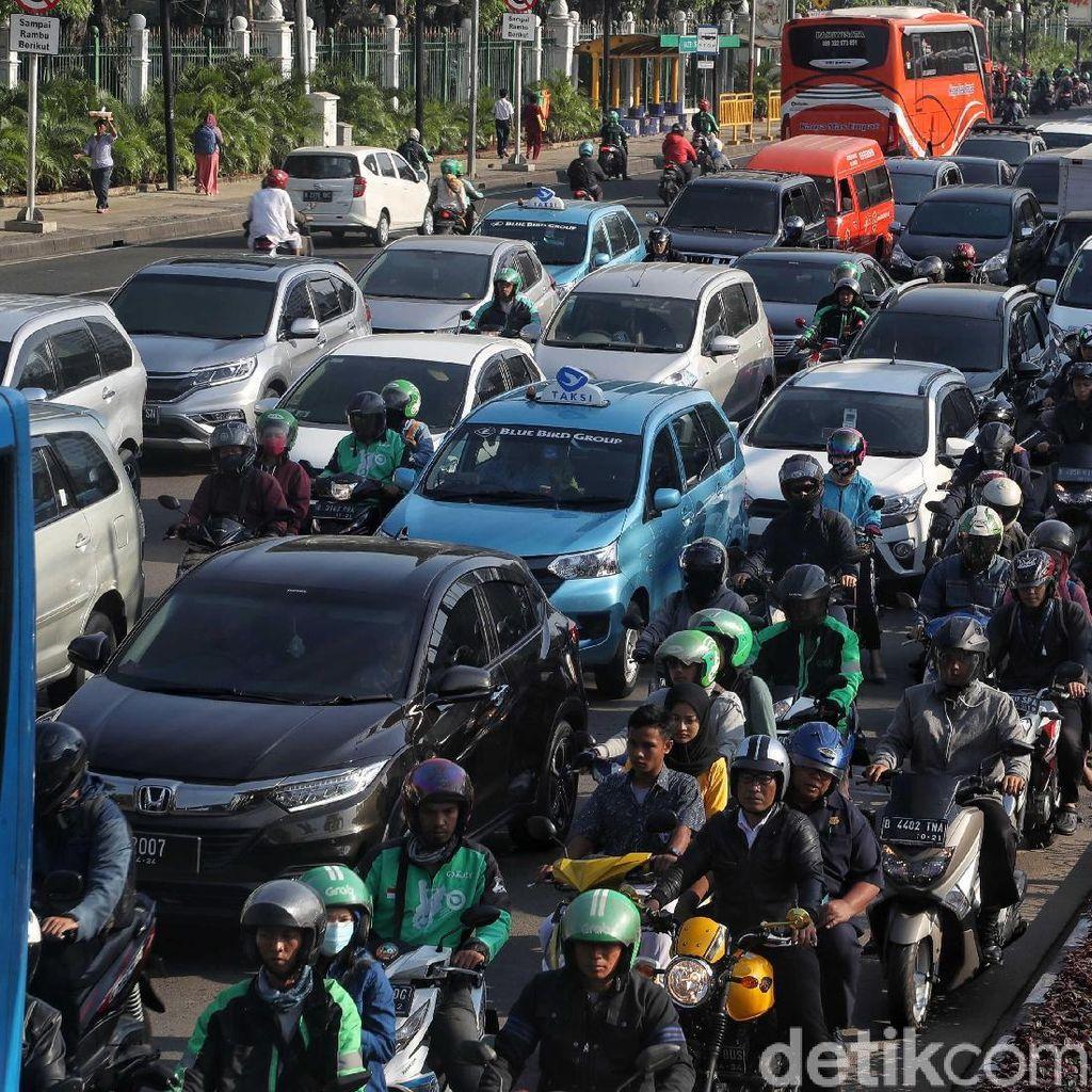 Jelang Sidang MK, Kendaraan Menumpuk di Jl. Medan Merdeka Timur