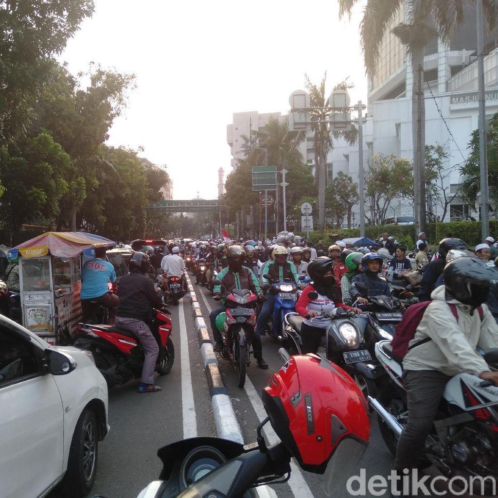 Massa Aksi Kawal MK Bubar, Lalu Lintas Sekitar Patung Kuda Macet