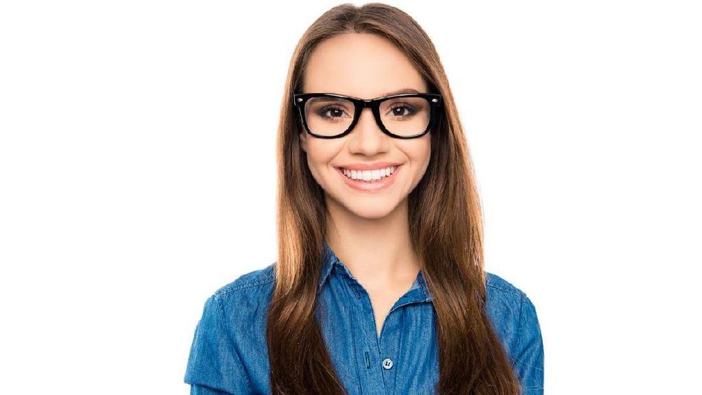 Dilarang Pakai Kacamata Saat Kerja, Wanita di Jepang Protes