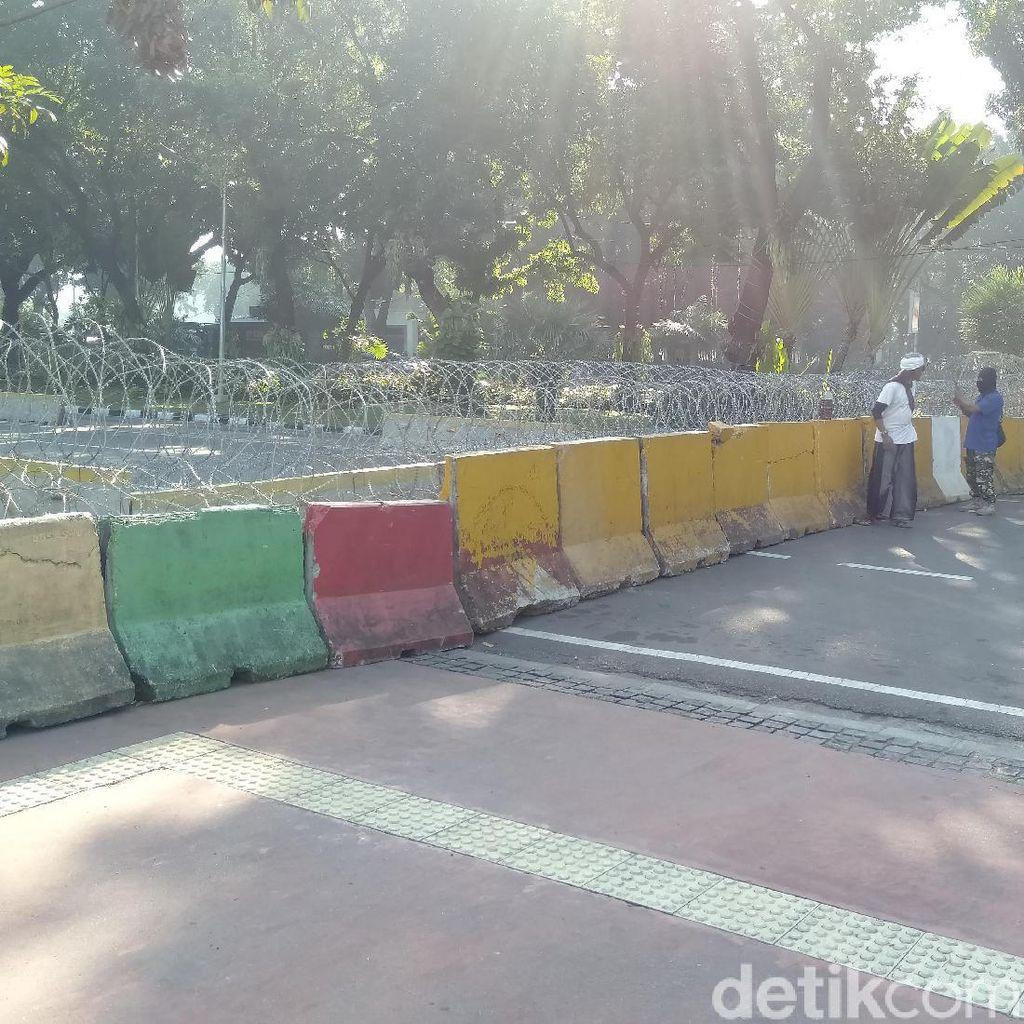 Kawat Berduri Dipasang, Massa Aksi Tak Bisa Mendekat Gedung MK