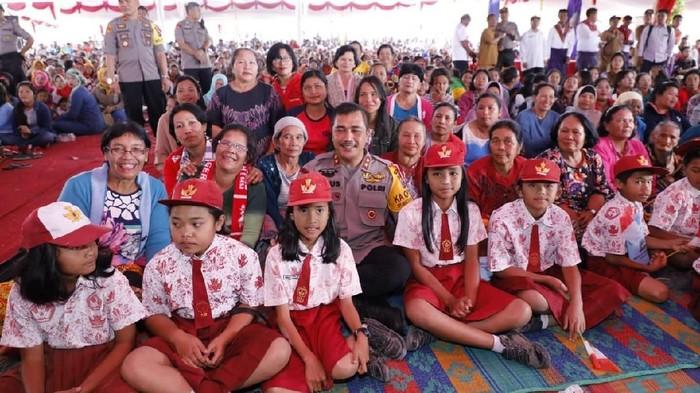 Kapolda Sumut bersama anak-anak pengungsi Gunung Sinabung dan para orang tua di Kabupaten Karo. (Foto: dok. Istimewa)