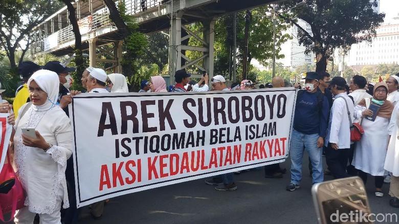 Massa Aksi Kawal MK Mulai Dekati Sekitar Kawat Berduri
