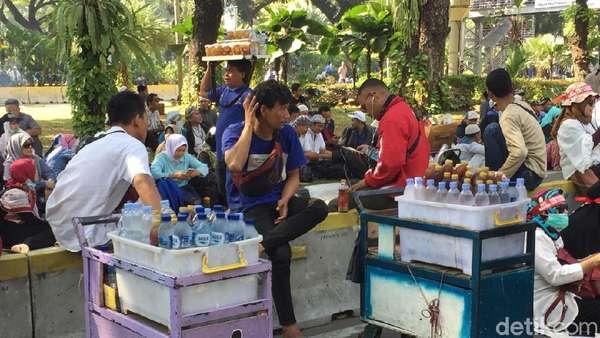 Cerita Para Pencari Rezeki di Aksi Kawal Sidang MK Kemarin
