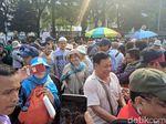 Titiek Soeharto Tinggalkan Kawasan Patung Kuda, Massa Aksi Kawal MK Berebut Foto-foto