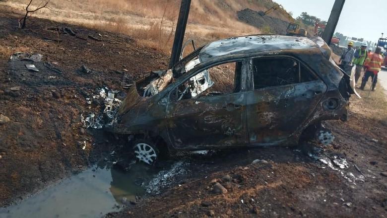 Dipacu 120 Km/Jam Ban Mobil Ini Meletus Lalu Terbakar, Pengemudinya Tewas