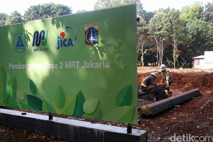 Papan bertuliskan pembangunan Fase II MRT Jakarta terpampang di sekitar proyek, Jumat (28/6/2019).