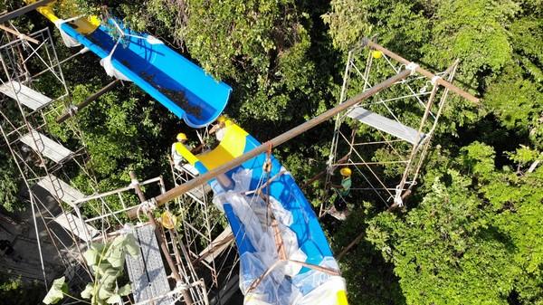 Pemegang seluncuran air terpanjang saat ini yang memiliki sertifikat Guinness World Records berada di Action Park, sebuah taman hiburan di Vernon, New Jersey. Panjangnya 601 meter (ESCAPE)