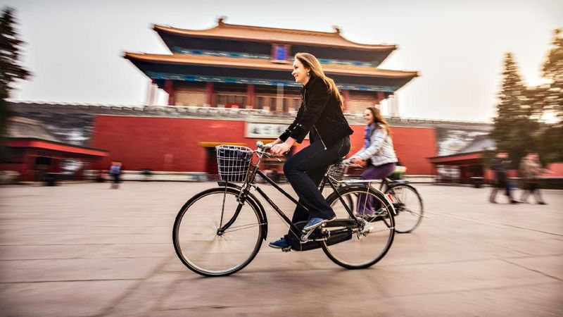 Kota Beijing, China cocok dijelajahi kamu yang hobi gowes sepeda. Ikuti rute sepeda sepanjang 16 km yang melintasi beberapa destinasi wisata terkenal seperti Forbidden City, The Egg dan Stadion Bird's Nest. (iStock)
