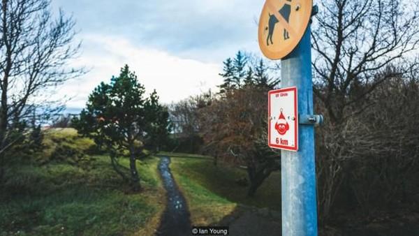 Melancong ke negeri ini, kamu pasti akan menjumpai beberapa tanda jalan pengingat peri. Khususnya di tempat-tempat wisata. (Ian Young/BBC)