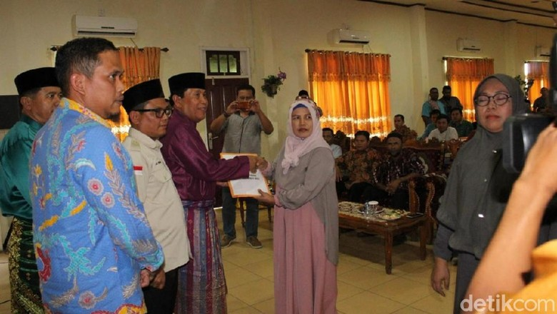 Keluarga Panwascam yang Gugur Saat Pemilu di Riau Terima Santunan